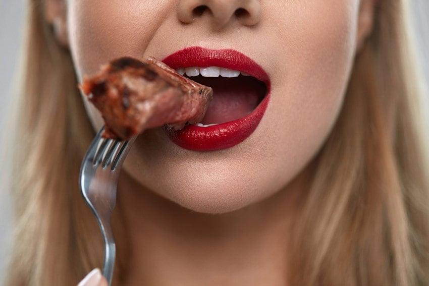 żucie mięsa