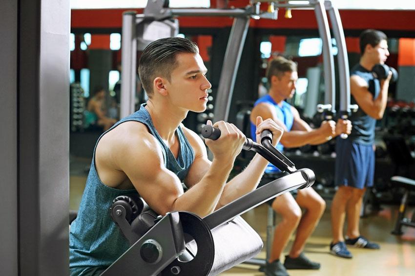 ćwiczenia na maszynach na siłowni