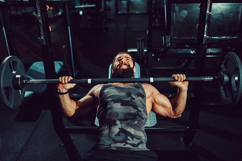 wyciskanie sztangi na siłowni