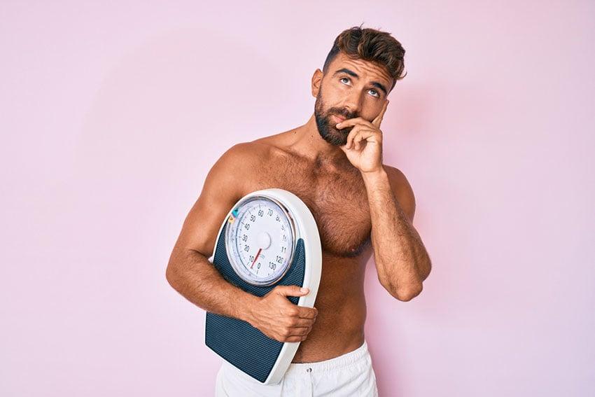 mężczyzna z wagą