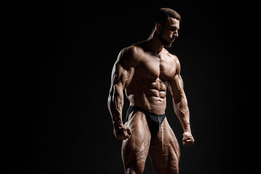muskularny kulturysta z niską tkanką tłuszczową