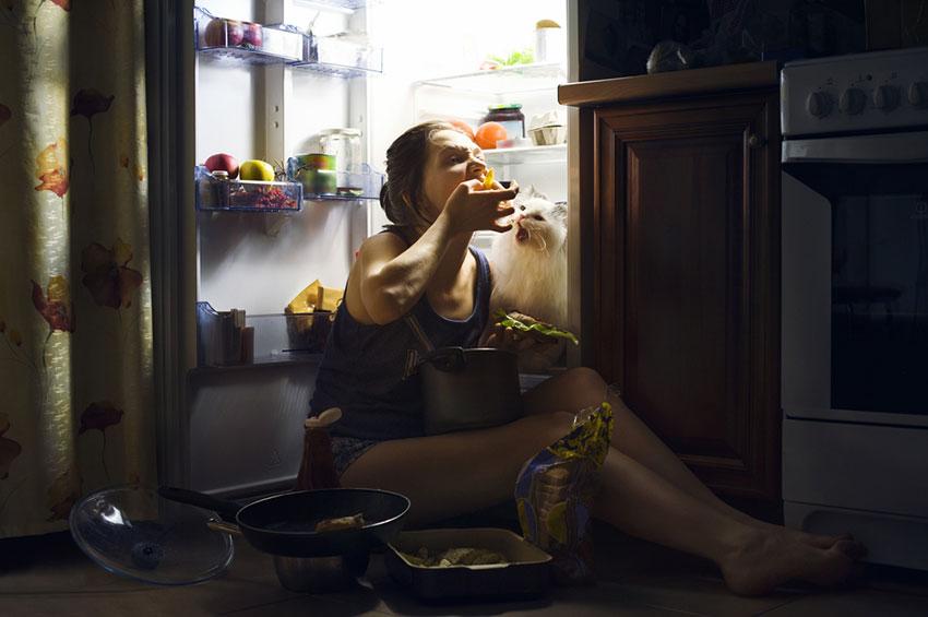 kobieta zajada stres