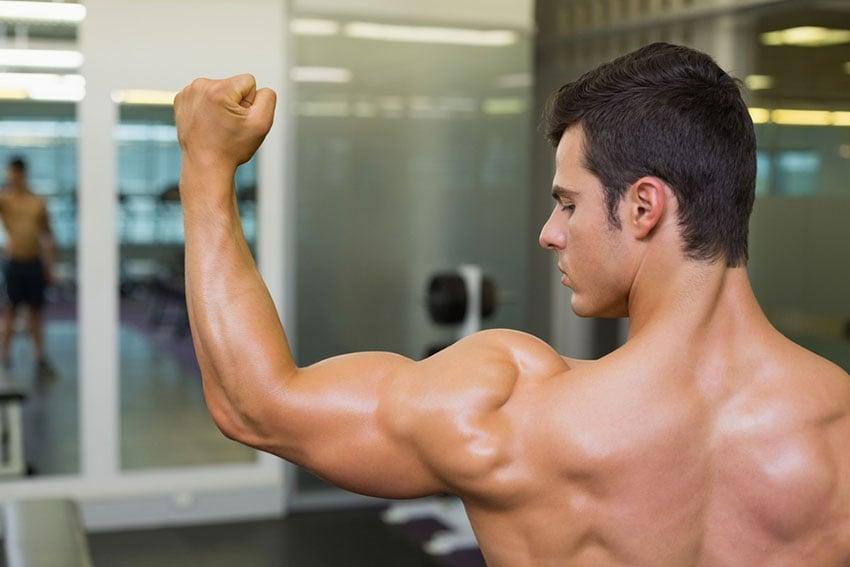 mężczyzna mięśnie naramienne