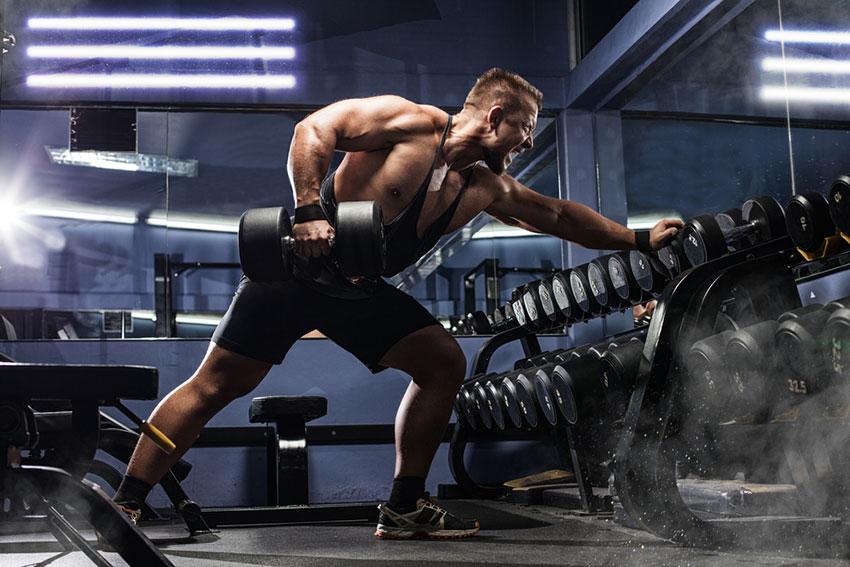 mężczyzna trenuje siłowo