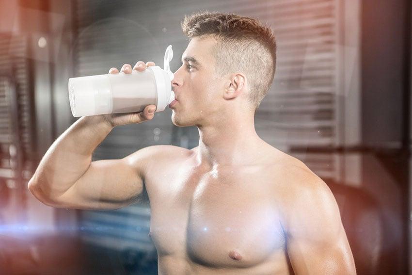 mężczyzna pijący shaka proteinowego