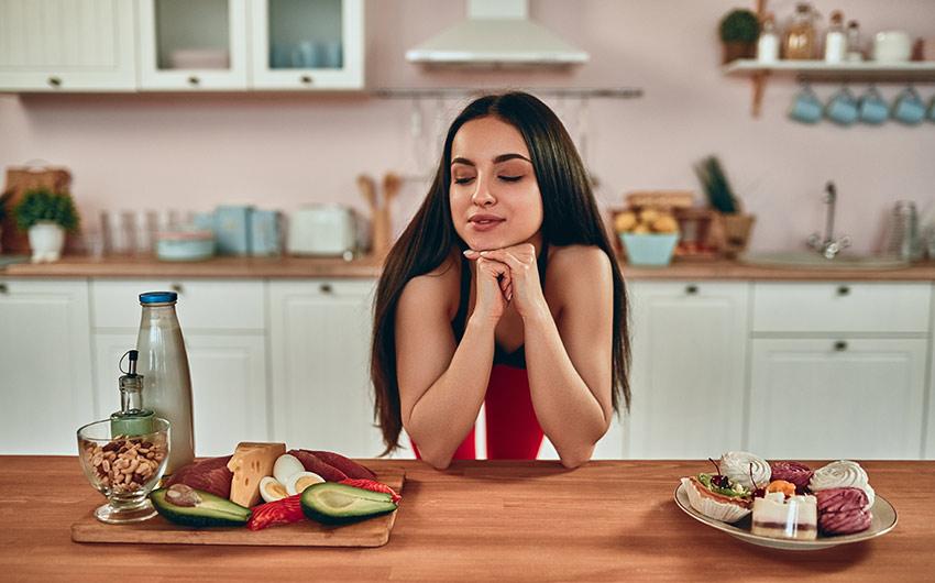 kobieta liczy kalorie