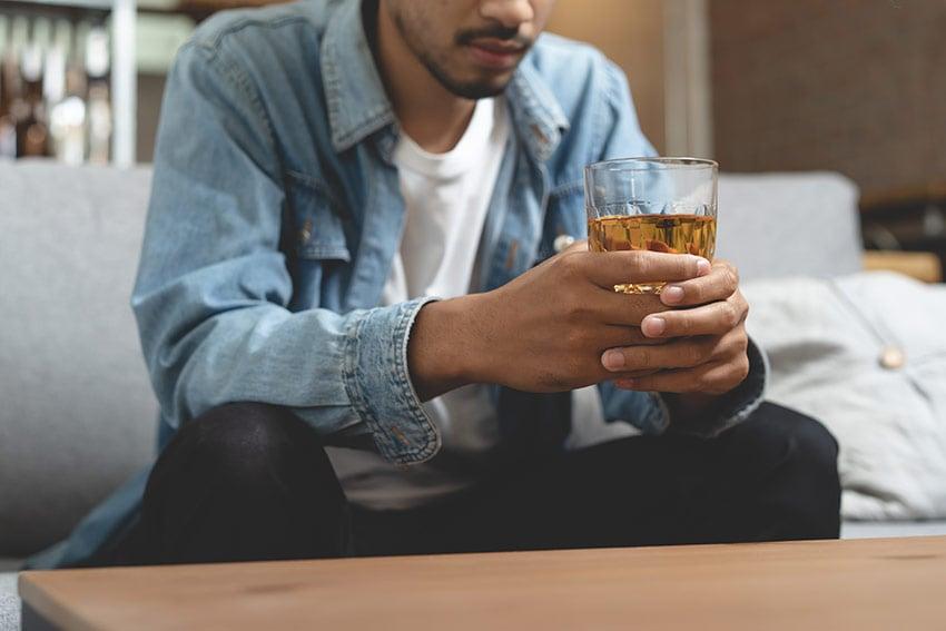mężczyzna z alkoholem