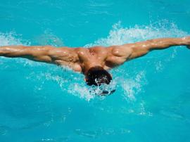 Pływanie i trening. Dlaczego warto zacząć chodzić na basen?