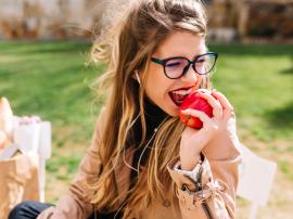 8 pokarmów, które naturalnie wybielają zęby
