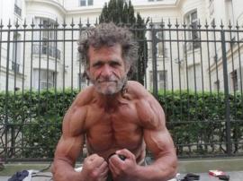 Bezdomny kulturysta z Paryża