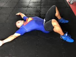 Muscle bridge obowiązkowe ćwiczenie przed przysiadami i martwym ciągiem
