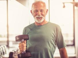 Seniorzy na siłowni. Brak ćwiczeń jest bardziej szkodliwy dla starszych ludzi