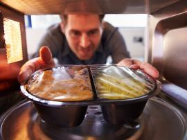 Jedzenie z mikrofali. Czy podgrzewanie posiłków jest bezpieczne?