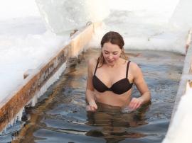 Wiele osób wierzy w to, iż ekspozycja na zimną wod