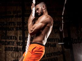 Podciąganie na linie rozwija bicepsy!