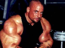 Gregg Valentino pokazuje ogromną bliznę po operacji