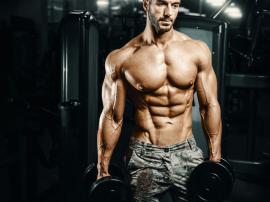 W uproszczeniu budowanie mięśni kojarzy się nam z