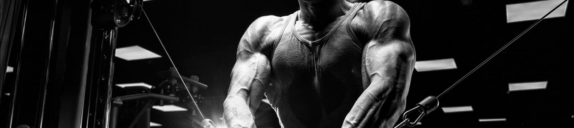 Błędy podczas treningu klatki piersiowej, które hamują efekty
