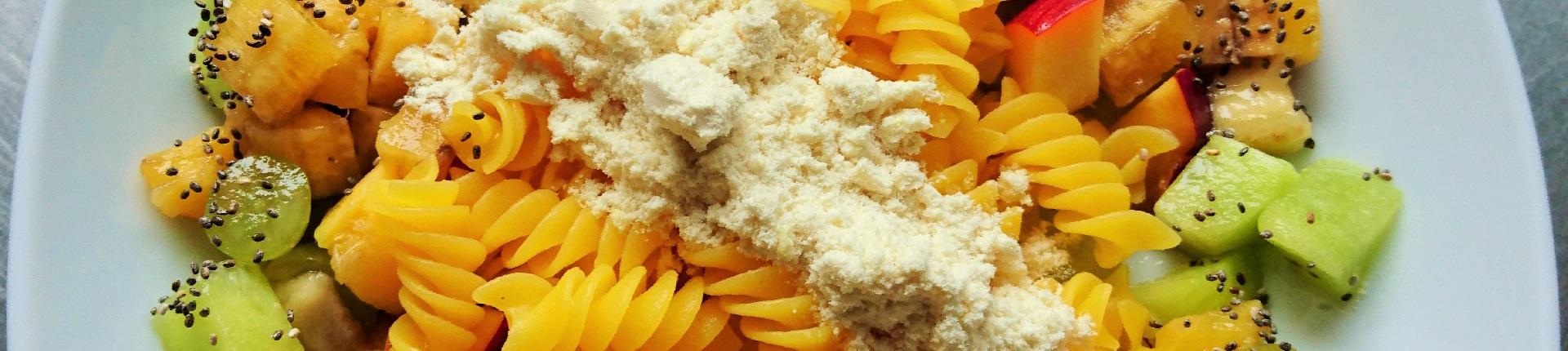 Bezglutenowy makaron z owocami i odżywką białkową