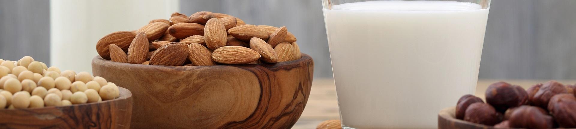 Jakie mleko roślinne ma najmniej kalorii?