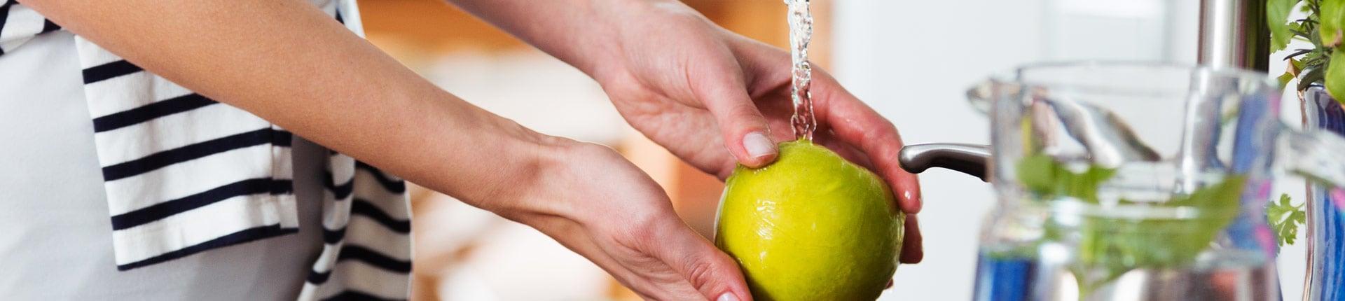 Czy mycie owoców i warzyw wystarczy?