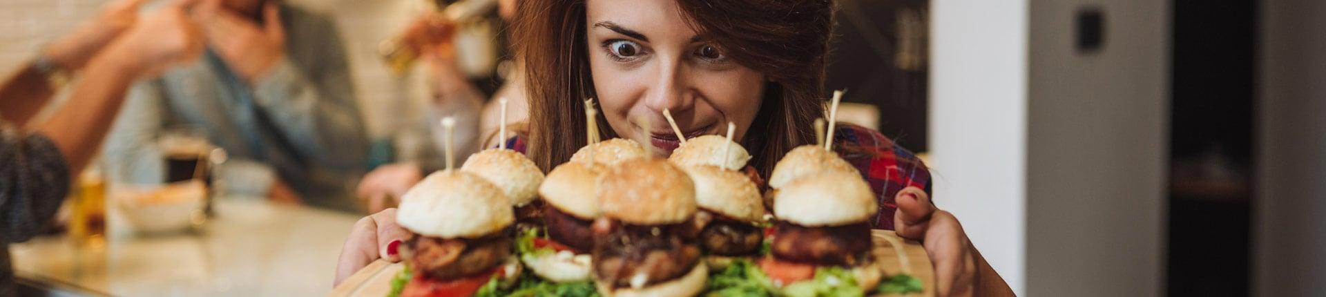 Psychologia jedzenia: Wpływ czynników psychologicznych na to, co i ile jemy.