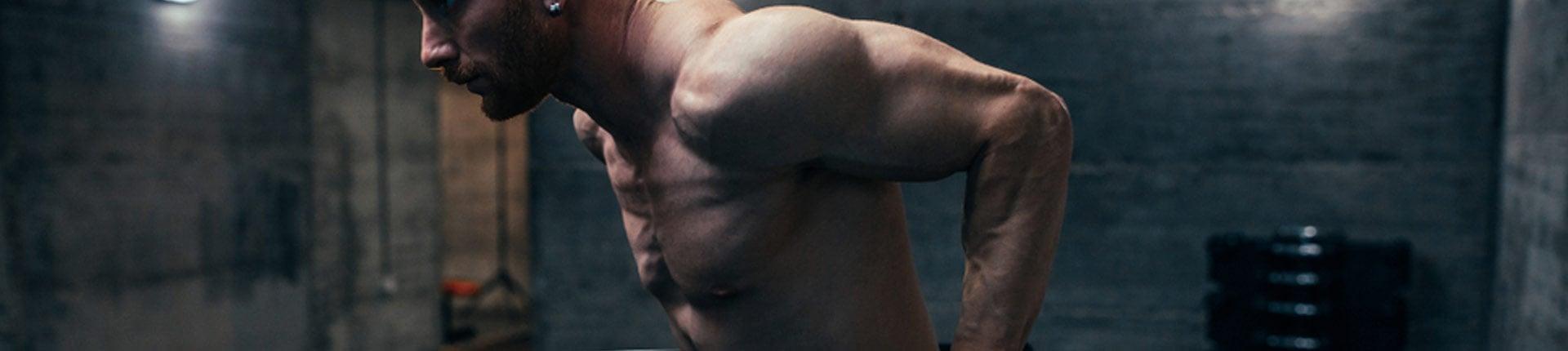 Pompki na poręczach czy wyciskanie sztangi w wąskim chwycie - co lepsze na tricepsy?