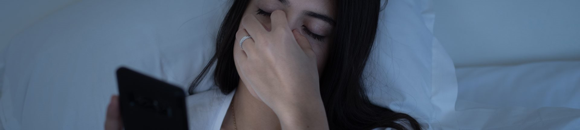 Czy niebieskie światło telefonów powoduje bóle głowy?